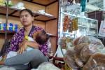 Asih, seorang pedagang Pasar Sentolo Baru mengaku tetap harus menyusui anaknya di kios dagang karena ruang laktasi di sana dalam kondisi terkunci, Rabu (25/11/2015). (Harian Jogja/Rima Sekarani)