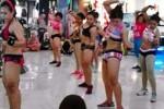 Suasana lomba senam yang diikuti peserta dengan hanya mengenakan bikini di Mal Ponorogo City Center (PCC), Jatim, Minggu (22/11/2015). (Istimewa)