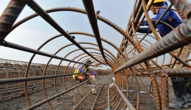 Pembuatan kerangka beton jalan layang tol Solo- Kertosono di Balerejo, Kabupaten Madiun, Sabtu (21/11/2015). (JIBI/Solopos/Antara/Siswowidodo)