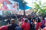 Calon Bupati nomor urut 1 Yuni Satia Rahayu (berjilbab membawa bambu), memberikan cara mencoblos saat berkampanye di Dusun Sembung, Sendangtirto, Berbah, Sleman, Minggu (29/11/2015). (JIBI/Harian Jogja/Sunartono)