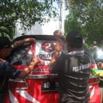 tim gabungan mencopoti stiker atribut kampanye di mobil di halaman gedung DPRD Wonogiri, Jumat (4/12/2015). (Trianto Hery Suryono/JIBI/Solopos)