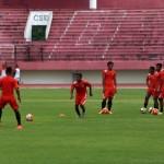 Pemain Persija Jakarta mengikuti latihan dan uji coba lapangan di Stadion Manahan Solo, Jumat (11/12). Latihan tersebut digelar sebagai persiapan terakhir sebelum berlaga melawan Mitra Kukar pada pertandingan delapan besar Piala Sudirman 2015 pada Sabtu (12/12) di Stadion Manahan. (JIBI/Solopos/Ivanovich Aldino)
