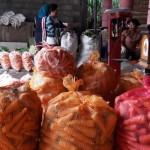 Pedagang sayur asal Selo, Boyolali, menata wortel yang dibeli dari petani asal Dieng dan akan dijual ke Pasar Induk Cepogo, Minggu (13/12/2015). (Hijriyah Al Wakhidah/JIBI/Solopos)