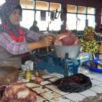 Salah satu pedagang daging sapi di Pasar Jungke Karanganyar menimbang daging, Senin (21/12/2015). Harga daging sapi kualitas bagus naik Rp2.000 per kilogram dari Rp98.000 per kilogram menjadi Rp100.000 per kilogram. (Sri Sumi Handayani/JIBI/Solopos)