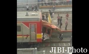 Foto kecelakaan Commuter Line tabrak Metromini (Twitter.com/@ysbl2010)