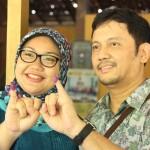 Calon Bupati Sragen, Kusdinar Untung Yuni Sukowati dan suami menunjukkan kelingking bertinta usai mencoblos, Rabu (9/12/2015). (Mariyana Ricky PD/JIBI/Solopos)