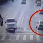 Dua mobil melayang secara misterius. (Dailymail.co.uk)