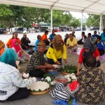 Sejumlah orang menggelar wilujengan menjelang Festival Timus, Jumat (18/12/2015). (Kurniawan/JIBI/Solopos)