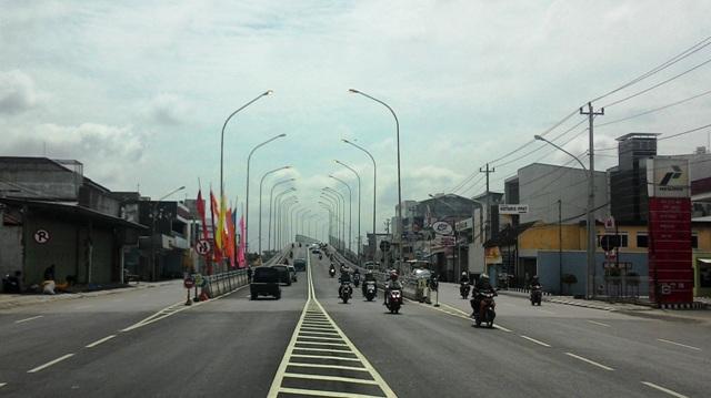 Pengendara sepeda motor dan mobil dari Solo-Karanganyar maupun sebaliknya menggunakan jembatan layang atau flyover Palur, Jaten, Jumat (25/12/2015). Lampu penerangan jalan umum (PJU) tetap menyala pada siang hari. (Sri Sumi Handayani/JIBI/Solopos)