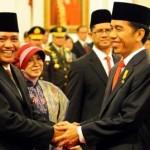Presiden Jokowi memberikan ucapan selamat kepada Ketua KPK Agus Raharjo didampingi istri dan pimpinan KPK yang lain, di Istana Negara, Jakarta, Senin (21/12/2015). (Setkab.go.id)