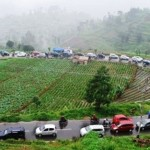 Kepadatan arus lalu lintas di jalur menuju Telaga Sarangan, Magetan pada masa liburan. (JIBI/Solopos/Antara/Siswosidodo)