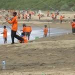 Lomba memancing dalam rangka memperingati Hari Nusantara Legal Fishing di Pesisir Pantai Pancer Door, Pacitan, Senin (14/12/2015). (Polrespacitan.com)