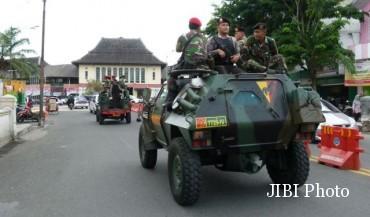 Pasukan TNI dan Polri melakukan patroli gabungan di jalanan Kota Solo, Jumat (25/12/2015). Patroli tersebut untuk memberikan rasa aman bagi warga yang merayakan ibadah Natal. (Sunaryo HB/JIBI/Solopos)