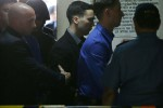 Kopral Marinir AS Joseph Scott Pemberton (tengah) terdakwa pembunuhan transgender Filipina, Jennifer Laude, dikawal saat memasuki pengadilan di Kota Olongapo, Zambales, barat laut Manila, Filipina.