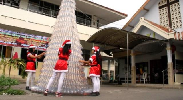 Pembuatan pohon natal dari botol bekas di halaman GKI Jombang, Jumat (18/12/2015). (JIBI/Solopos/Antara/Syaiful Arif)