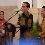 Presiden Jokowi berdialog dengan petani peraih penghargaan Adhi Karya Pangan, di Istana Negara, Jakarta, Senin (21/12/2015) sore. (Setkab.go.id)
