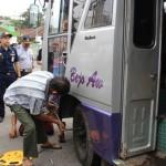 Tim gabungan mengecek kru bus mengganti onderdil dalam operasi angkutan jelang Natal dan Tahun Baru. (Kurniawan/JIBI/Solopos)