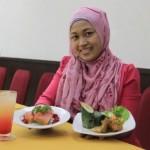 Tamu menunjukkan tiga menu baru yang dihadirkan Sarila Hotel Solo, Rabu (2/12/2015). (Shoqib Angriawan/JIBI/Solopos)