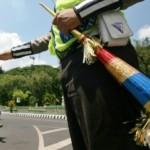 Polisi mengatur arus lalu lintas di jalan protokol Kota Kediri, menggunakan terompet pengganti peluit, Kamis (31/12/2015). (JIBI/Solopos/Antara/Prasetia Fauzani)