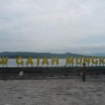 Pekerja menyelesaikan pemasangan huruf papan nama wahana baru di objek wisata Waduk Gajah Mungkur, Desa Sendang, Kecamatan/Kabupaten Wonogiri, Kamis (18/12/2015). (Trianto HS/JIBI/Solopos)
