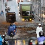 Beberapa pengendara sepeda motor dan mobil nekat menerobos banjir yang menggenani Underpass, Makamhaji, Kartasura, Sukoharjo, usai hujan mengguyur kawasan tersebut, Sabtu(12/12/2015). Meski telah diperbaiki namun genangan air tetap terjadi. (Sunaryo Haryo Bayu/JIBI/Solopos)