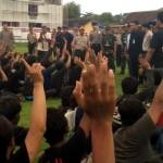Para anggota bonek mengacungkan dan melambaikan tangan saat berdialog dengan Kapolda Jateng Irjen Pol. Nur Ali di lapangan Mapolres Sragen, Sabtu (19/12/2015).(JIBI/Solopos/Tri Rahayu)