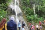 Sejumlah pengunjung menikmati keindahan Curug Setawing di Dusun Jonggrangan, Desa Jatimulyo, Kecamatan Girimulyo, Kulonprogo, Minggu (27/12/2015). (Rima Sekarani/JIBI/Harian Jogja)
