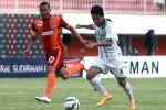 Evan Dimas (putih) berebut bola dengan Hamka Hamzah, pemain Pusamania Borneo FC pada babak delapan besar Piala Jenderal Sudirman di Stadion Maguwoharjo, Sleman, beberapa wagt lalu. (JIBI/Harian Jogja/Jumali)