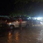Mobil Daihatsu Xenia milik warga Solo tersangkut di median jalan di depan SPBU Dagen, Selasa (8/12/2015) sekitar pukul 18.00 WIB. Sopir diduga kaget dan tidak dapat mengendalikan laju mobil karena kaca bagian depan mobil terguyur air yang menggenang di sekitar lokasi. (Sri Sumi Handayani/JIBI/Solopos)