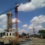 Tower crane terpasang di proyek pembangunan Masjid Agung Al Aqsha guna menyelesaikan proyek pembangunan menara setinggi 66,66 meter. Pemkab memberikan perpanjangan waktu kepada pelaksana proyek menara tersebut. Foto diambil Minggu (27/12/2015). (Taufiq Sidik Prakoso/JIBI/Solopos)