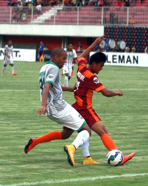 Pesepak bola Surabaya United Thiago Fortuoso do Santos (putih) berebut bola dengan pesepak bola Pusamania Borneo FC Sandi Sute di pertandingan Grup E babak Delapan Besar Piala Jenderal Sudirman, Minggu (13/12) sore. (Jumali/JIBI/Harian Jogja)