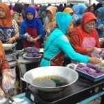 Ratusan perwakilan dari setiap desa/kelurahan di Kabupaten Karanganyar membuat 20.000 timus di pelataran Plasa Alun-Alun Kabupaten Karanganyar pada acara Intanpari Culinary Expo 2015, Sabtu (19/12/2015). (Sri Sumi Handayani/JIBI/Solopos)
