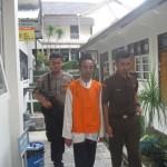 Terdakwa Riki Fajar Santoso dikawal petugas Kejari dan Polres Wonogiri saat menjalani persidangan di PN Wonogiri, Selasa (19/1/2016). (Trianto Hery Suryono/JIBI/Solopos)