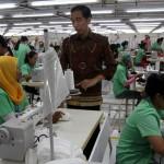 Presiden Jokowi berdialog langsung dengan buruh usai meresmikan pabrik garmen PT Nesia Pan Pasifik Clothing di desa Ketonggo, Ngadirojo, Wonogiri, Jumat (22/1/2016). Dalam kesempatan tersebut Jokowi juga meluncurkan Program investadi menciptakan lapangan kerja tahap III dan Akademi Komunitas Industri Tekstil dan Produk Tekstil Surakarta. (Sunaryo Haryo Bayu/JIBI/Solopos)