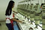 Aktivitas buruh pabrik sepatu di Sidoarjo, Jawa Timur. (Wahyu Darmawan/JIBI/Bisnis)