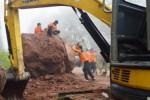 Personel BPBD Magetan berupaya menyingkirkan batu berukuran besar akibat longsor di jalur Sarangan-Tawangmangu, Minggu (25/1/2016). (JIBI/Solopos/Antara/Siswowidodo)