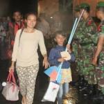 Warga Gafatar bersama anaknya mendapat pengawalan dari aparat TNI setibanya di Pelabuhan Tanjung Emas, Semarang, Rabu (27/1/2016). (Imam Yuda Saputra/JIBI/Solopos)