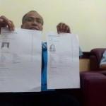 Wakil Dekan (WD) III FT UNS, Eko Pujiyanto (kiri) menunjukkan salinan data dua mahasiswa yang dilaporkan menghilang, Selasa (12/1/2016). (Septhia Ryanthie/JIBI/Solopos)