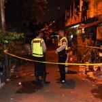 Polisi menjaga lokasi penggerebekan pelaku pengeroyokan polisi di Kawasan Tanah Tinggi, Senen, Jakarta, Jumat (22/1/2016). Salah satu pelaku pengeroyokan polisi di Kawasan Berlan, Rico, tewas tertembak setelah terjadi baku tembak dalam penggerebekan. (JIBI/Solopos/Antara/Hafidz Mubarak A.)