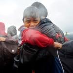 Sejumlah warga eks-Gafatar meninggalkan permukiman mereka yang dibakar massa saat hendak dievakuasi dari kawasan Monton Panjang, Dusun Pangsuma, Desa Antibar, Mempawah Timur, Kabupaten Mempawah, Kalbar, Selasa (19/1/2016). Permukiman di lahan seluas 43 hektar tersebut dibakar sejumlah oknum masyarakat sebelum 796 warga eks-Gafatar berhasil dievakuasi pemda setempat. (JIBI/Solopos/Antara/Jessica Helena Wuysang)