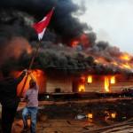 Dua orang melepas tiang bendera di lokasi permukiman warga eks-Gafatar yang dibakar massa di kawasan Monton Panjang, Dusun Pangsuma, Desa Antibar, Mempawah Timur, Kabupaten Mempawah, Kalbar, Selasa (19/1/2016). Permukiman di lahan seluas 43 hektar tersebut dibakar sejumlah oknum masyarakat sebelum 796 warga eks-Gafatar berhasil dievakuasi pemda setempat. (JIBI/Solopos/Antara/Jessica Helena Wuysang)