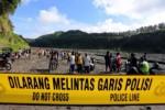 Garis polisi buru-buru dipasang di tambang pasir ilegal di aliran sungai atau Kali Putih Desa Karangrejo Kecamatan Garum, Kabupaten Blitar, begitu terjadi musibah, Sabtu (9/1/2015). (JIBI/Solopos/Antara/Irfan Anshori)