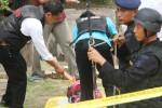 Tim J-Bom Brimob Polda Jatim mendokumentasikan lalu mengevakuasi tas diduga berisi bom di Tulungagung, Senin (4/1/2015). (JIBI/Solopos/Antara/Destyan Sujarwoko)