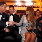 FIFA BALLON D'OR 2015 : Lucu! Lihat Ekspresi Messi Saat Kekasihnya Disalami Ronaldo
