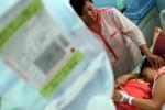 Seorang ibu menunggui putrinya yang mengidap demam berdarah dengue (DBD) di RSUD dr. Iskak, Tulungagung, Jumat (15/1/2016). (JIBI/Solopos/Antara/Destyan Sujarwoko)