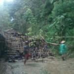 Warga membersihkan ranting pohon jati yang tumbang dan menimpa bagian kamar mandi milik Wakidi, 55, warga Dusun Dunggupit, Desa Tempurharjo, Kecamatan Eromoko, Wonogiri, Selasa (19/1/2016). (Trianto Hery Suryono/JIBI/Solopos)