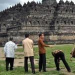 Presiden Joko Widodo berjalan di halaman Candi Borobudur saat melakukan kunjungan kerja ke Taman Wisata Candi Borobudur Magelang, Jateng, Jumat (29/1/2016). (JIBI/Antara Foto/Anis Efizudin)