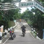 Pengguna jalan melintas di gerbang wilayah Kaloran, Kelurahan Giritirto, Kecamatan/Kabupaten Wonogiri, Sabtu (23/1/2016). (Trianto Hery Suryono/JIBI/Solopos)