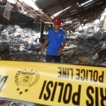 Petugas pemadam kebakaran (damkar) memantau kondisi gudang daur ulang kertas  milik PT Dadi Mulya di Jalan Raya Baki-Manang nomor satu yang ludes terbakar, Selasa (19/1/2016). (Bony Eko Wicaksono/JIBI/Solopos)