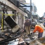 Dua pegawai dari Pasar Pracimantoro dan DPU Pracimantoro menyisihkan puing-puing sisa kebakaran kios Pasar Pracimantoro, Kabupaten Wonogiri, Senin (11/1/2016). (Trianto Hery Suryono/JIBI/Solopos)